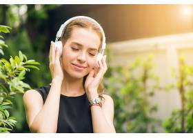 人休闲科技理念迷人的年轻女子在户外的音_119837901