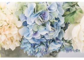 以美丽的花束为背景_124589701