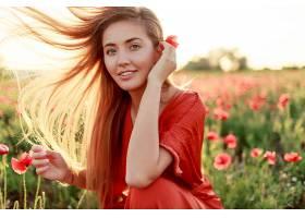 优雅的金发女子把自己裹在肩上看着有风_991629101
