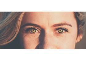 全景拍摄美丽的女性面孔绿色的眼睛望向_1134376501