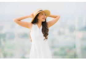 写真美丽的亚洲年轻女子笑容满面心旷神怡_456989401