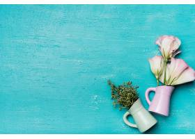 蓝色纹理木质背景上的漂亮花瓶_332884801