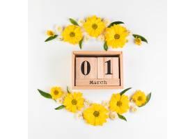 木制日历白色背景上装饰着洋甘菊和菊花的_388242801