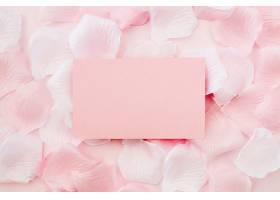 白色和粉色玫瑰花瓣上的贺卡_391305401