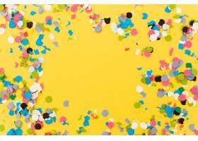 聚会结束后黄色背景上的五彩纸屑_376522801
