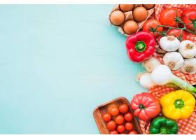 蓝色背景上的鸡蛋和健康蔬菜_297454201