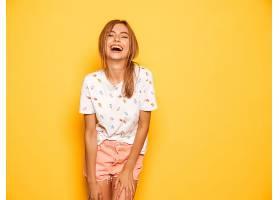 年轻美丽微笑的潮人女孩穿着时髦的夏装_667702901