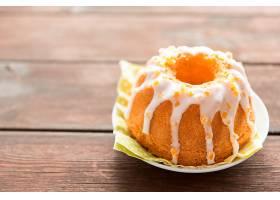 木桌上装饰甜美的复活节蛋糕_175802001