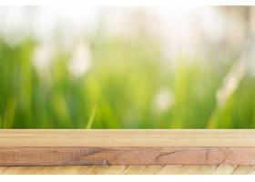 背景模糊的前面是木板空桌子在森林中模糊_138128201