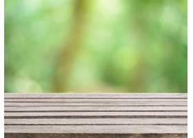 背景模糊的前面是木板空桌子森林中模糊的_138128501