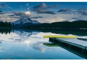 被郁郁葱葱的自然和群山包围的湖边码头的迷_1189081601