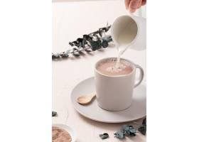白色桌子上的拿铁咖啡杯和一些装饰品的特写_1120708201