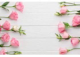 木质背景上有粉红色玫瑰的平铺布置_535303301