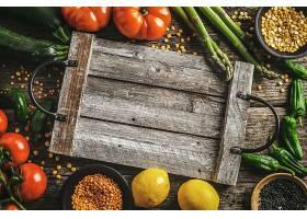 木质背景上的不同蔬菜_457059001