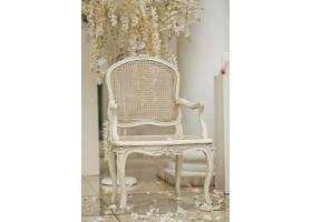 白色的椅子站在外面的白色花瓣上_117371201