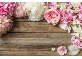木质背景上的美丽花朵_904585101