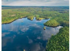 航拍瑞典令人惊叹的绿树成荫的瓦纳湖_1167823501