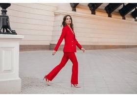 美丽性感富有商务范儿的红色西装女人走在城_1154232401