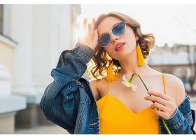美丽性感的时尚女子身穿黄色时尚连衣裙身_1068757101