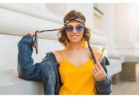 美丽性感的时尚女子身穿黄色时尚连衣裙身_1068757401