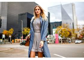 户外时尚生活方式写真金发碧眼的年轻女商_985554001
