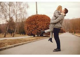 美丽的一对夫妇在秋天的公园里度过时光_457738201