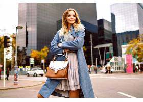 户外时尚生活方式写真金发碧眼的年轻女商_985554501