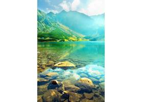 湖中淹没的石头的特写_94585201