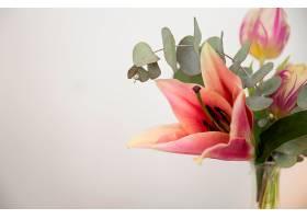 花瓶与百合的特写白色背景下的桉树叶和郁_407658401