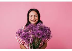 快乐快乐的女孩享受花香的肖像漂亮的晒黑_1157591101