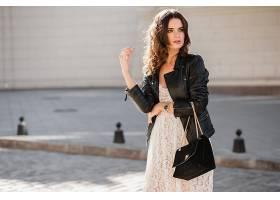 迷人的时尚女子穿着时髦的服装走在街上提_1154135501