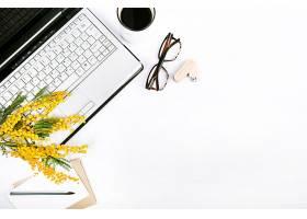 白色背景上有鲜花和笔记本电脑的春节套装_245486901