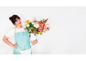 白色背景上有鲜花的美丽年轻女子_318068801