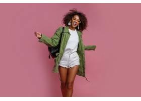 快乐的黑人妇女在演播室里玩得很开心背景_911613101