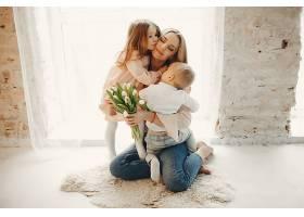 母亲带着年幼的孩子在HME_418421001
