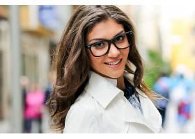 戴眼镜笑容满面的美女特写_89874001