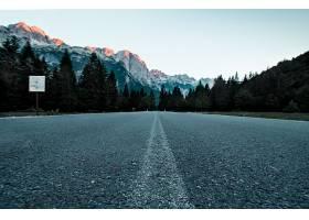 阿尔巴尼亚瓦尔博纳山谷国家公园森林中道路_1189085401
