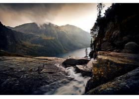 河流在雾蒙蒙的群山景观中_128625601