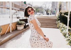 戴着时髦太阳镜的快乐女人在阳光明媚的夏日_1145370901