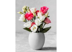 白色花瓶里的一束玫瑰花_1206774201