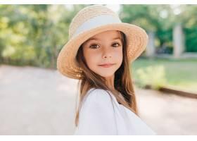 非常棒的孩子的特写肖像有一双闪亮的棕色_1048514301