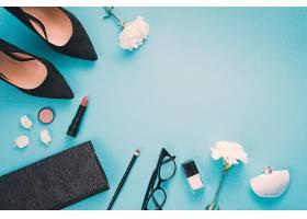 餐桌上摆着白色的鲜花和化妆品和女鞋_385842901