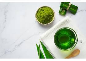 餐桌上有新鲜的绿色熊猫叶_1099205301