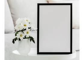 空框花瓶里的一束白花_1206770501