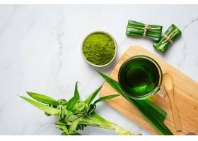 餐桌上有新鲜的绿色熊猫叶_1099205901