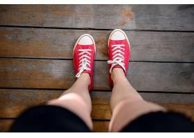 穿着红色凯斯的女孩腿的特写从上面看_808461701