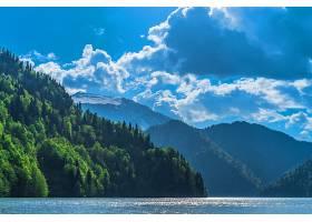 高加索山脉美丽的里萨湖青山绿水蓝天白_763974401