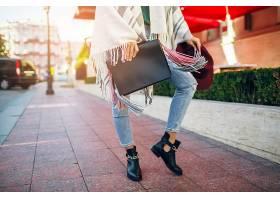 穿着黑色皮靴牛仔裤春季潮流鞋提包的_1154113901
