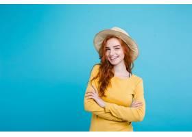 旅游概念特写年轻漂亮迷人的红发女孩戴_128446601