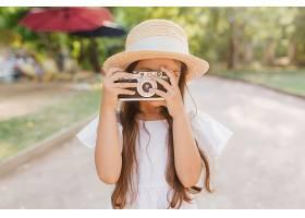 灵感四射的小女孩花时间在公园里拍摄自然_1048514601
